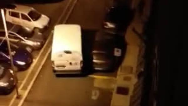 VIDEO | Furto al negozio di biciclette: residente riprende la fuga dei ladri