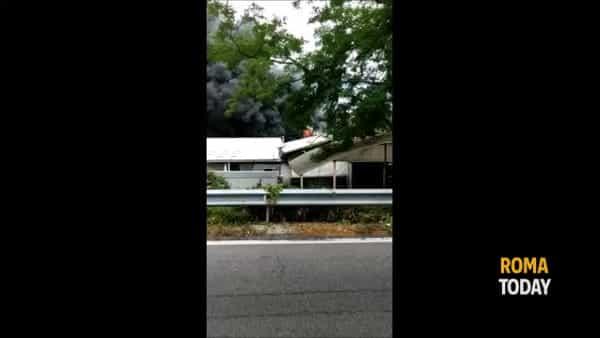 VIDEO | Dopo l'incendio dei quattro capannoni necessaria la bonifica. Le immagini del rogo