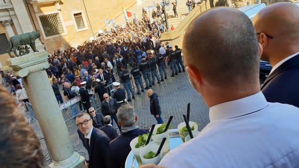 """M5s accoglie l'ex amico di Governo con vassoi di mojito: """"Salvini, questo è il Campidoglio non il Papeete"""""""