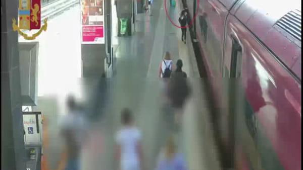VIDEO | Ladre seriali rubano 4mila euro ad una turista in partenza da Termini