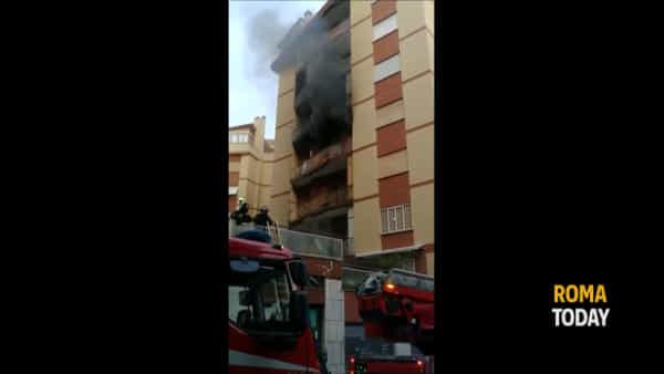 VIDEO   Villa Gordiani: appartamento distrutto dalle fiamme, le immagini