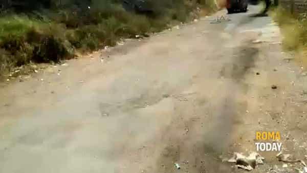 VIDEO | Bruciano sterpaglie e rifiuti vicino le case, le immagini dell'incendio a Tor de' Schiavi