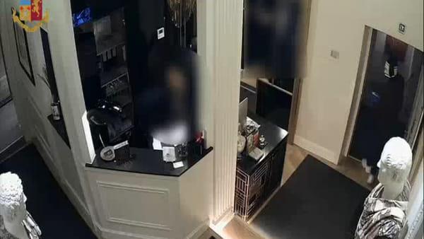 VIDEO | Rinchiudono receptionist in cucina e rubano incasso di hotel