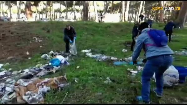 VIDEO | Il Parco Clemente Riva è sporco: cittadini di Ostia e amministratori lo ripuliscono