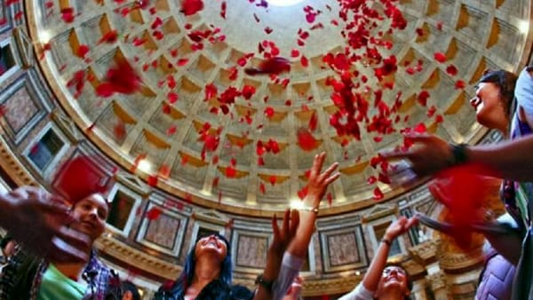 Pioggia di petali al Pantheon