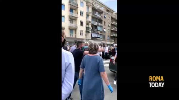 Raggi ad Ostia, contestazione con assembramento: imprenditori e CasaPound contro la sindaca
