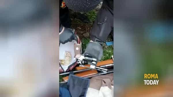 VIDEO | Un arsenale nascosto negli orti urbani di San Basilio: trovate pistole, fucili ed una balestra