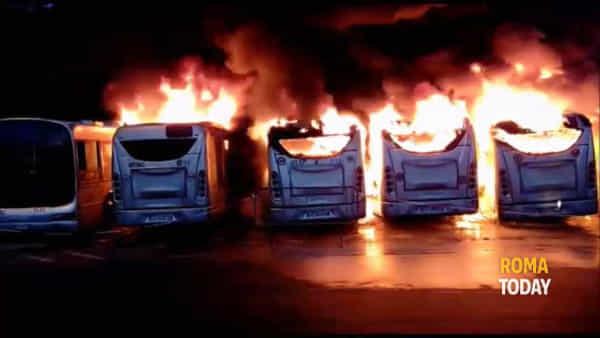 Magliana, incendio al deposito Atac di via Candoni: in fiamme sette bus