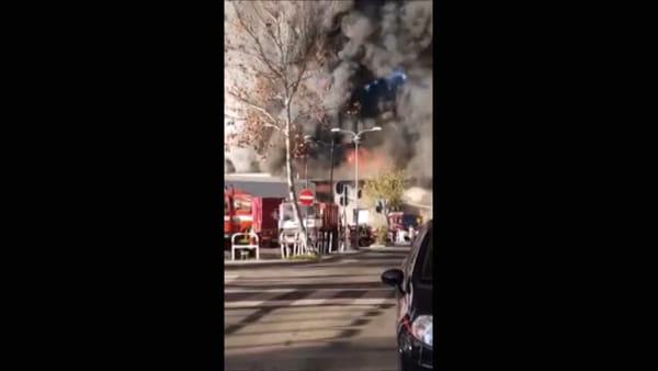VIDEO | Incendio al Tmb Salario, il rogo da Villa Spada e la nube che invade il III municipio