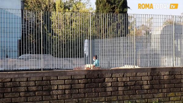VIDEO | Centro d'accoglienza di Torre Maura, inferriata sul cancello per impedire agli ospiti di scavalcare