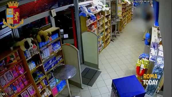 VIDEO | Rapina l'area di servizio, poi esplode un colpo di pistola per guadagnarsi la fuga