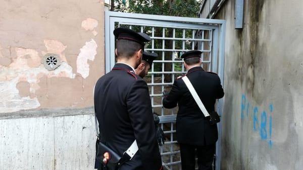 Cancelli per nascondersi e barili per bruciare la droga: così a San Basilio si sfugge ai controlli