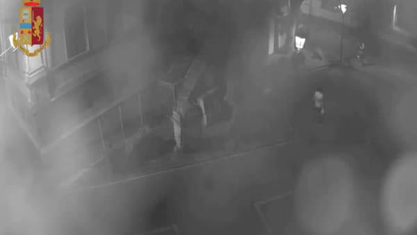 VIDEO | Tenta di rapire bambina al parco: le immagini delle telecamere di sorveglianza