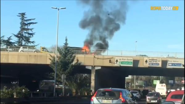 VIDEO | Auto in fiamme sul ponte della Tangenziale Est