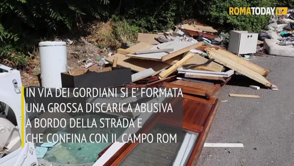 VIDEO | Baraccopoli via dei Gordiani, cresce la discarica abusiva: ora rischia di invadere la strada
