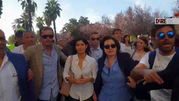 Vietato fare domande a Virginia Raggi: dagli attivisti a Cinque Stelle insulti ai giornalisti a Napoli
