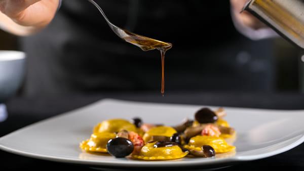 Osteria Unicorno_Tortelli ripieni di parmigiano con salsa ai pistacchi,limone e chips di carciofi-2