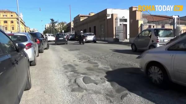 VIDEO | Roma e le sue buche, la storia continua: dal centro alla periferia c'è fame di asfalto