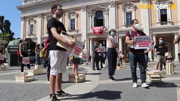 """La rivolta delle cassette arriva in Campidoglio: """"Buoni spesa, buoni affitto, adesso fate i buoni"""""""