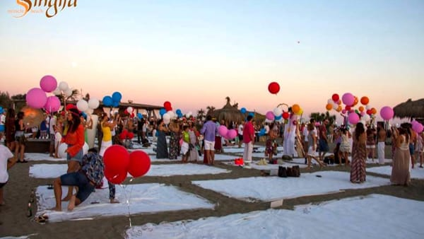 Flower Party al Singita: esplosione di fiori e colori sulla spiaggia