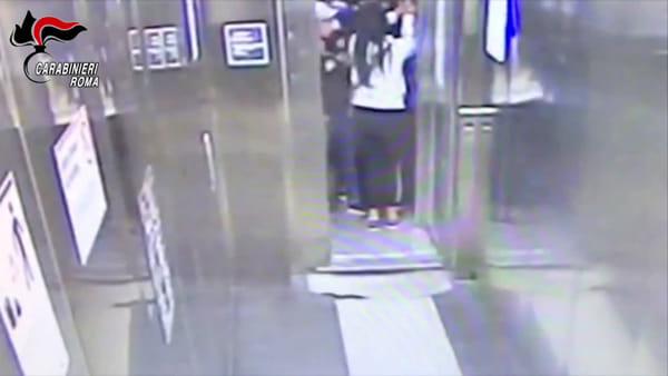 VIDEO | Madame Furto non si ferma mai, borseggiata invalida in carrozzella. Le immagini