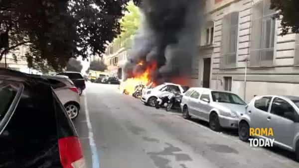 VIDEO | Scooter ed auto in fiamme sotto al liceo, le immagini dell'incendio