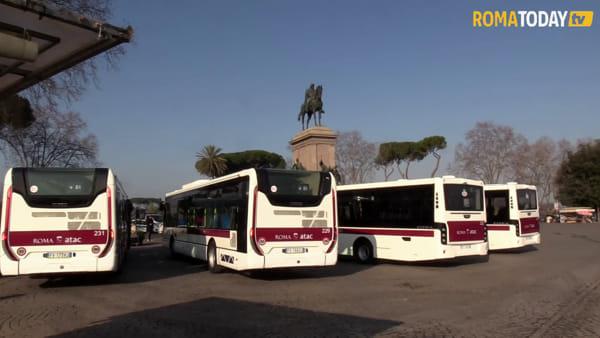 """I nuovi bus di Atac, Raggi: """"Da oggi finalmente il servizio inizia a ripartire"""""""
