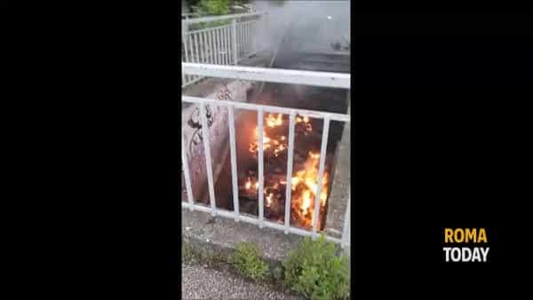 VIDEO | Stazione Tiburtina, bruciano rifiuti nel sottopasso del ponte