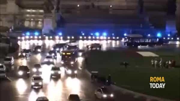 VIDEO | Sirene e una scia di luci blu in ricordo di Pierluigi e Matteo, i poliziotti uccisi a Trieste