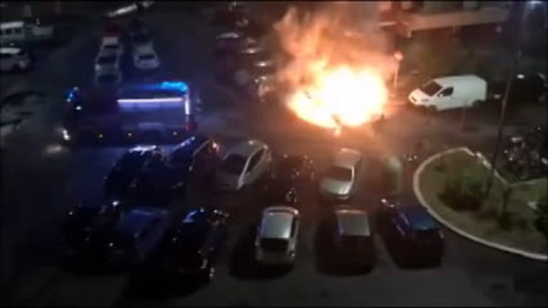Colli Aniene, auto in fiamme tra i palazzi