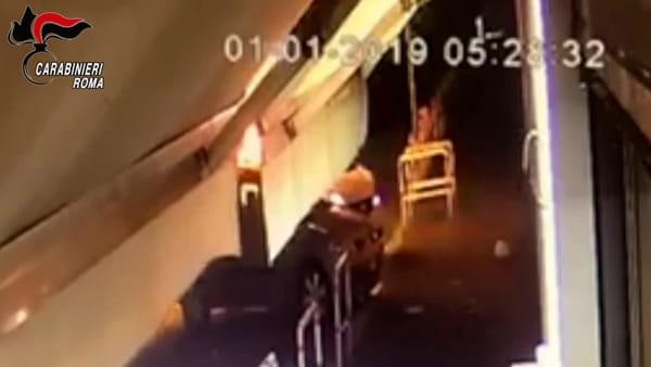 VIDEO | Rapinate dell'auto la notte di Capodanno, le immagini del furto
