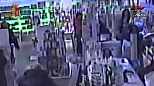 VIDEO | Le rapine dei fratelli di Torre Maura: le telecamere riprendono i colpi