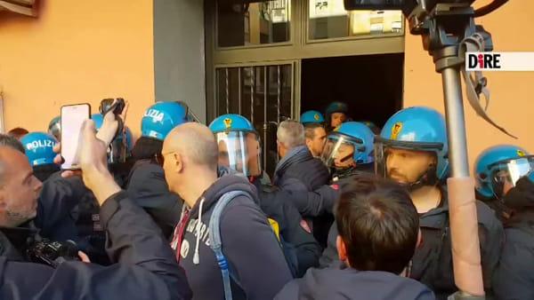 """Rivolta a Casal Bruciato, frasi choc contro la mamma rom: """"Ti stupro"""""""
