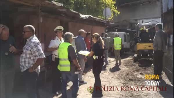 VIDEO | Allacci abusivi alla corrente e baracche in muratura, lo sgombero della favela di Ponte Milvio