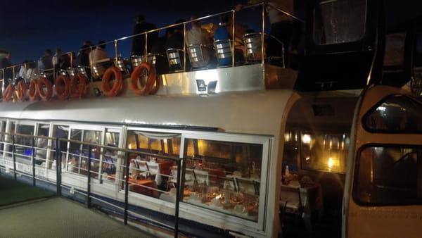 Cena a bordo di un battello sul Tevere
