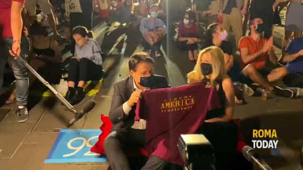 Conte alla prima del Cinema America: il Premier in prima fila seduto per terra con la compagna Olivia Paladino