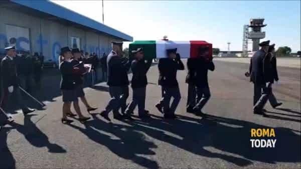 VIDEO | Agenti uccisi a Trieste: in migliaia per l'ultimo saluto. I feretri arrivati all'aeroporto di Ciampino