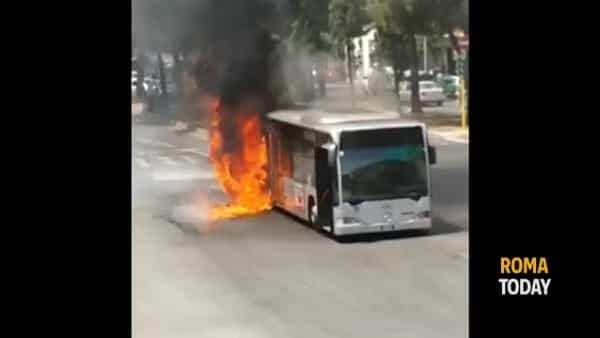 VIDEO | Autobus in fiamme: le immagini riprese da una residente di piazza Cantù