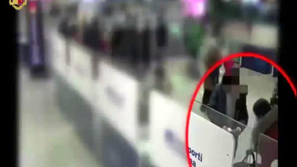 Fiumicino: ruba bagaglio a passeggera in aeroporto, le telecamere riprendono tutto