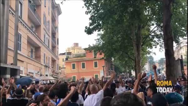 VIDEO   Derby, oltre mille laziali a Ponte Milvio