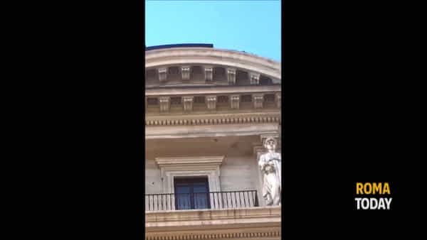 Vento a Roma, in piazza della Repubblica cade cornicione: chiusa via Nazionale