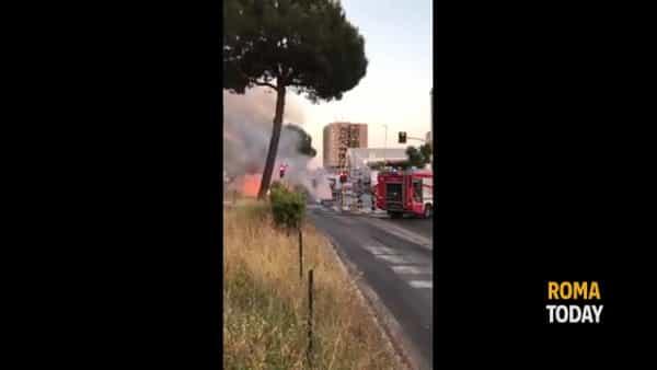 VIDEO | Incendio a Colli Aniene: bus Atac distrutto dalle fiamme su viale Togliatti