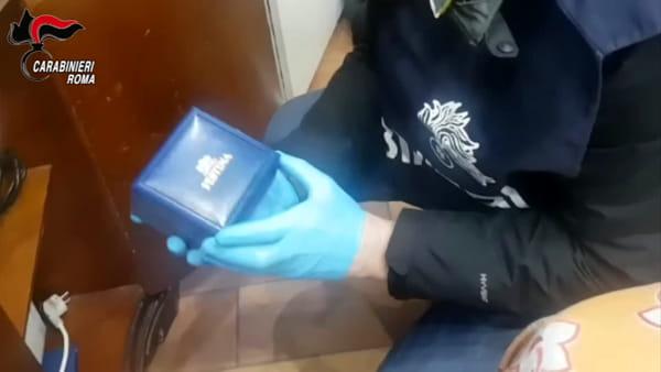 VIDEO | Rapinavano clienti e riciclavano refurtiva all'estero, sgominata banda di transessuali. Le immagini
