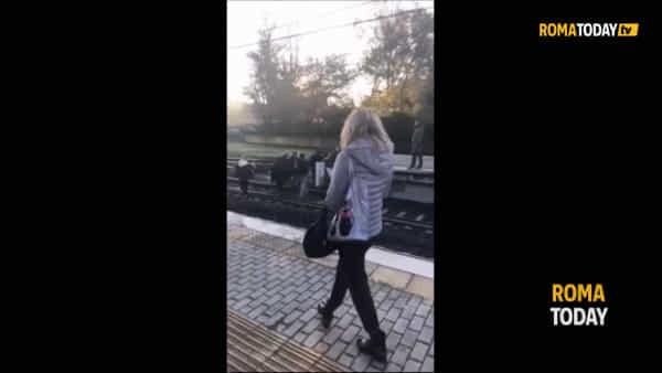 VIDEO | Roma Lido: treno guasto e passeggeri sui binari