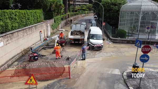 Voragine a Vigna Clara, acqua e fango su via Nemea: interrotta l'erogazione idrica