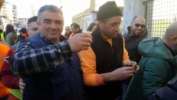 """Ciclabile Tuscolana, dopo le minacce i ciclisti offrono il caffè agli operai: """"Siamo con voi"""""""