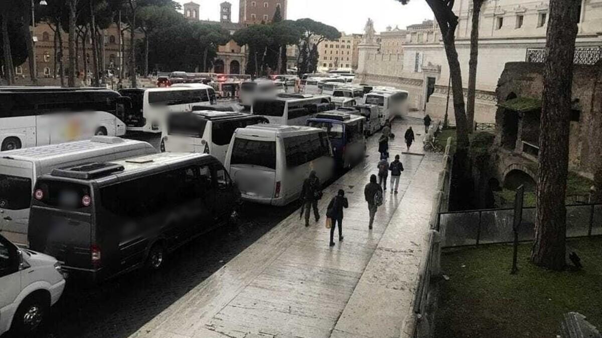 """ZTL, monta la protesta per la sospensione del divieto di circolazione dei bus turistici: """"Sono mezzi vecchi e inquinanti"""""""