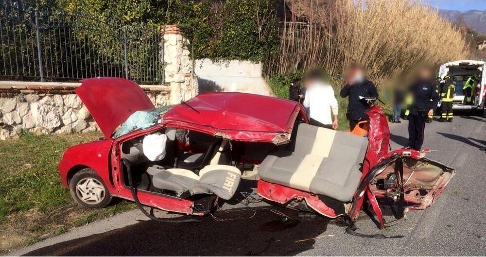 Incidente frontale fra due auto: ragazza sbalzata in aria a seguito dell'urto, grave una 20enne