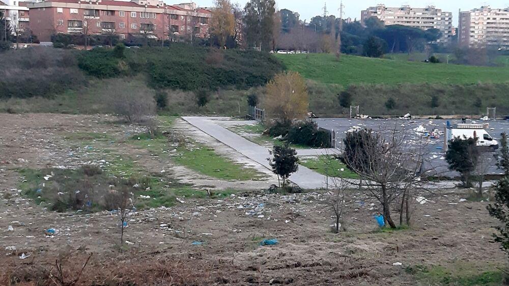 """Casal Brunori, la vallata è invasa dai rifiuti del mercato: """"Senza regole convivenza impossibile"""""""