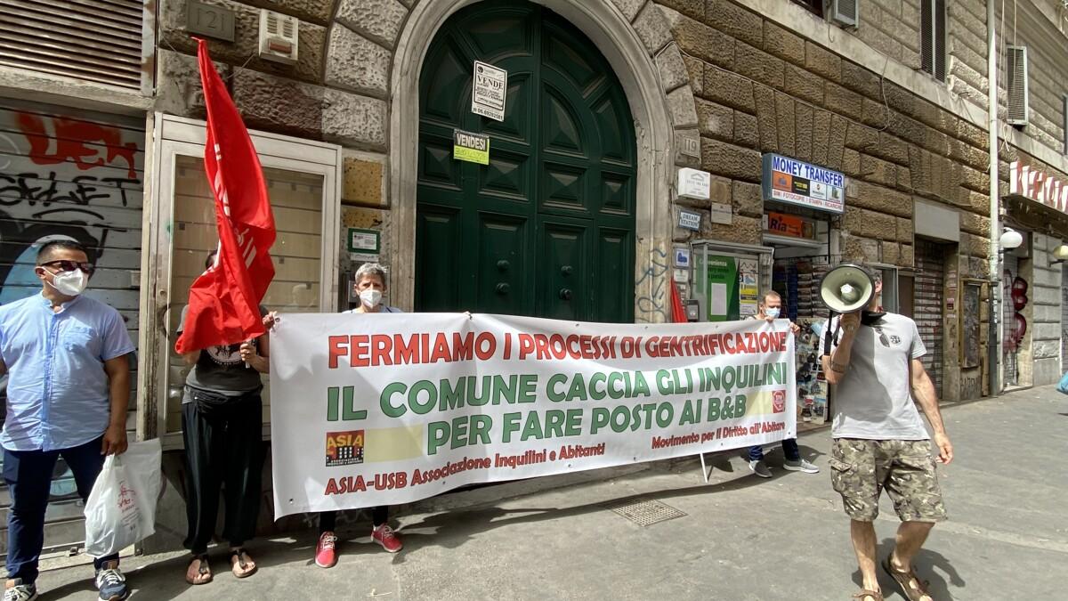 """Esquilino, protesta alle case del Comune: """"Caccia gli inquilini per far posto a b&b"""""""